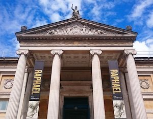 Sarah Casey / CC BY-SA (https://creativecommons.org/licenses/by-sa/4.0); https://commons.wikimedia.org/wiki/File:Ashmolean_Museum_Entrance_May_2017.png