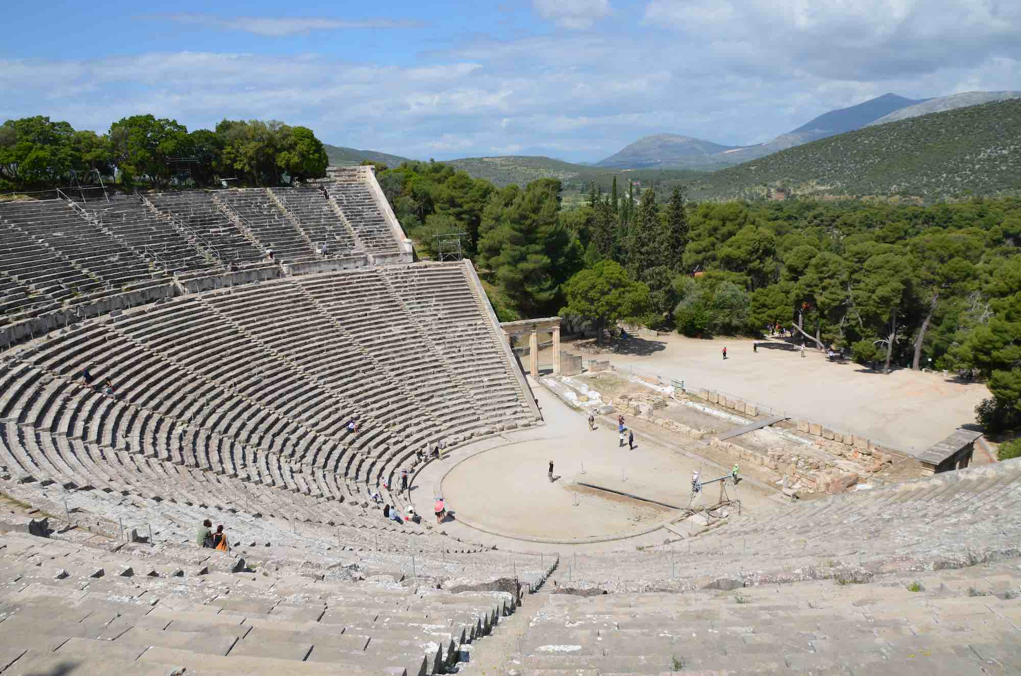Carole Raddato from FRANKFURT, Germany / CC BY-SA (https://creativecommons.org/licenses/by-sa/2.0); https://commons.wikimedia.org/wiki/File:The_great_theater_of_Epidaurus,_designed_by_Polykleitos_the_Younger_in_the_4th_century_BC,_Sanctuary_of_Asklepeios_at_Epidaurus,_Greece_(14015010416).jpg